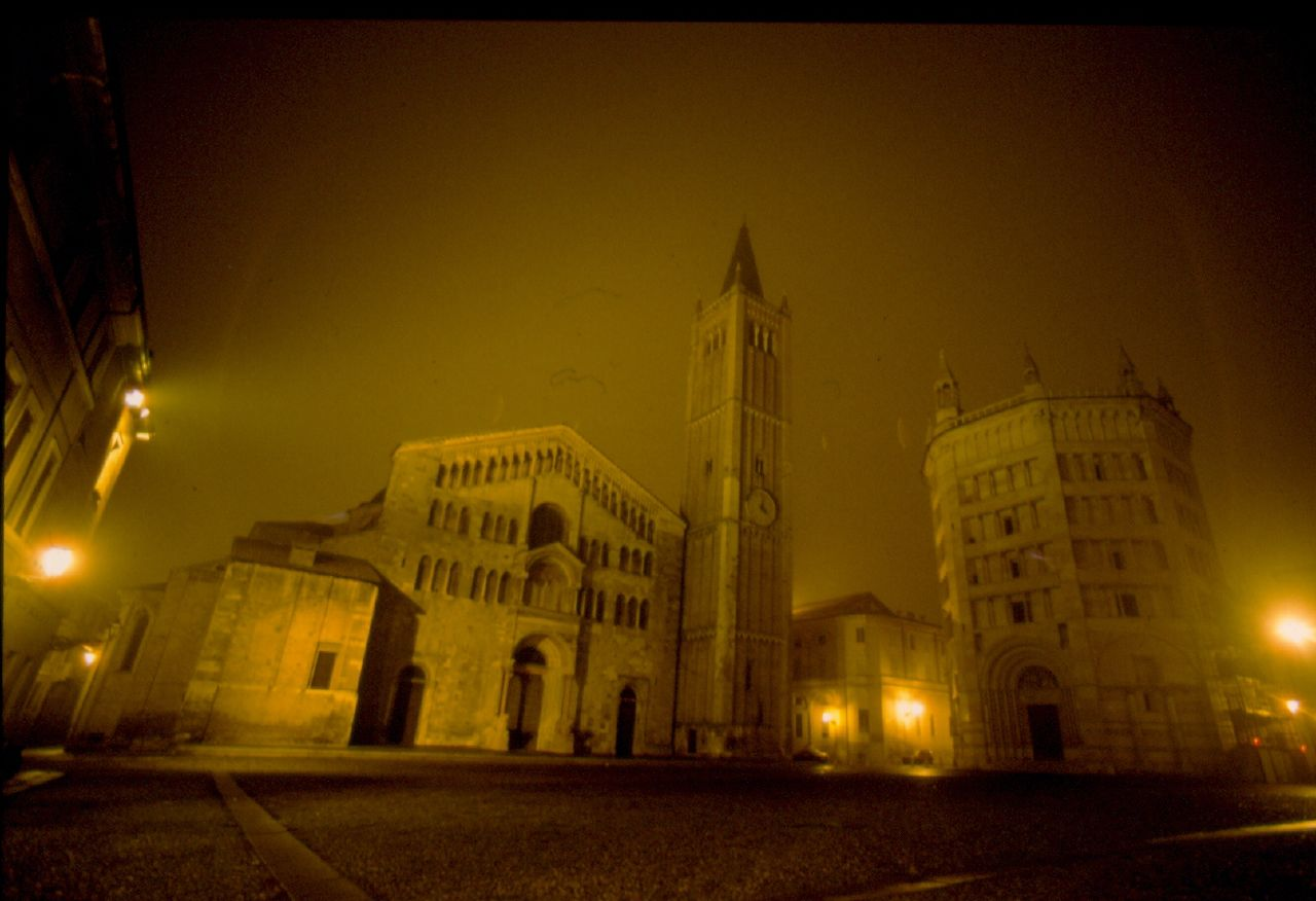 Piazza_Duomo_with_fog,_Parma